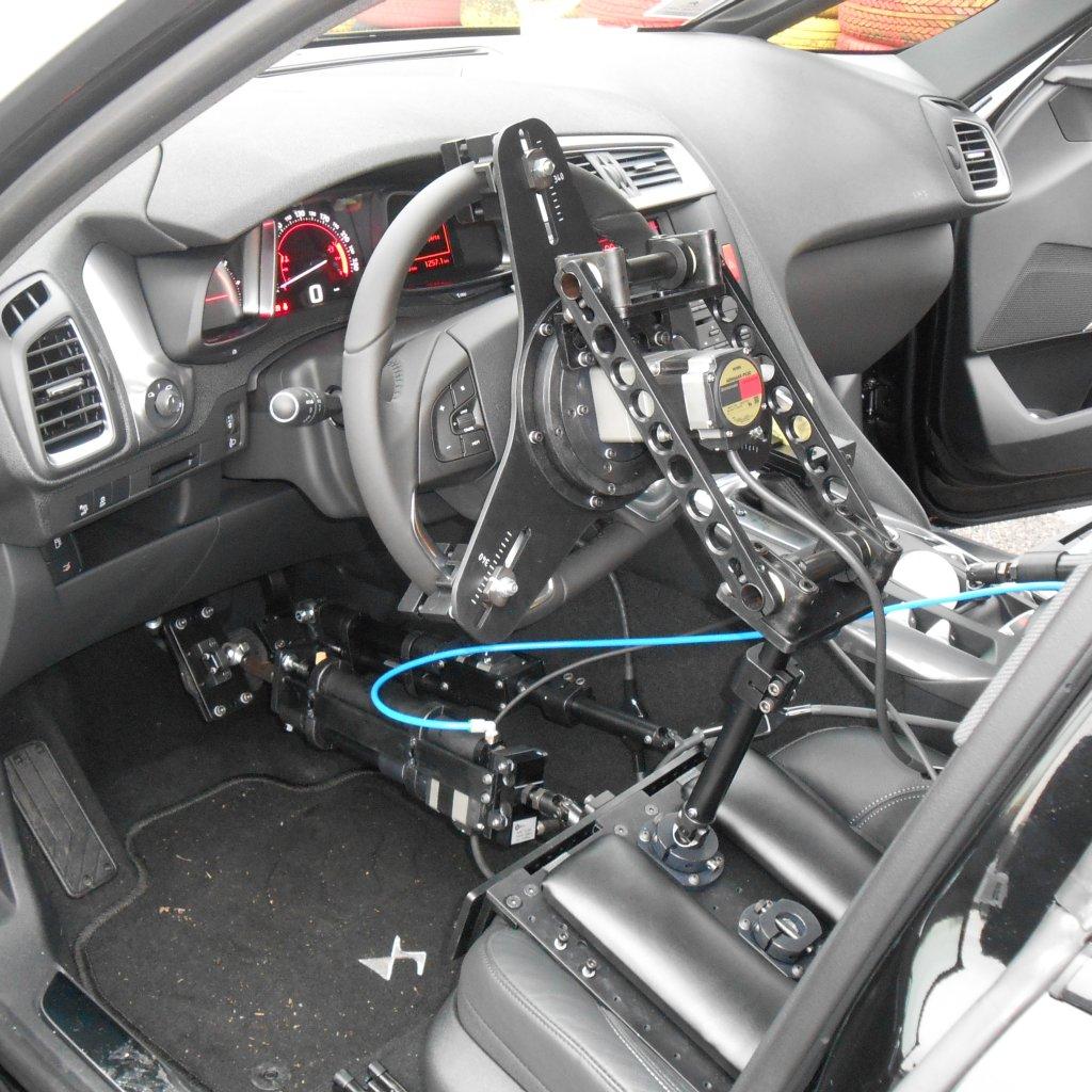 Sistema robotizzato per l'esecuzione di prove dinamiche su veicoli.